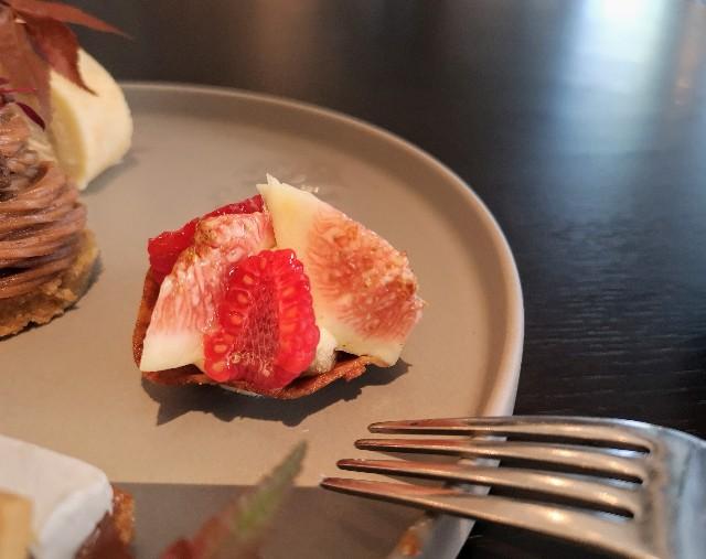 東京都中央区・ダイニング・バー&ラウンジ「NAMIKI667」(Hyatt Centric Ginza Tokyo 3階)9月限定「Vegan Cake Set」ラズベリーとイチジクのタルト