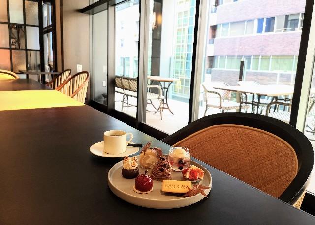 東京都中央区・ダイニング・バー&ラウンジ「NAMIKI667」(Hyatt Centric Ginza Tokyo 3階)9月限定「Vegan Cake Set」店内にて