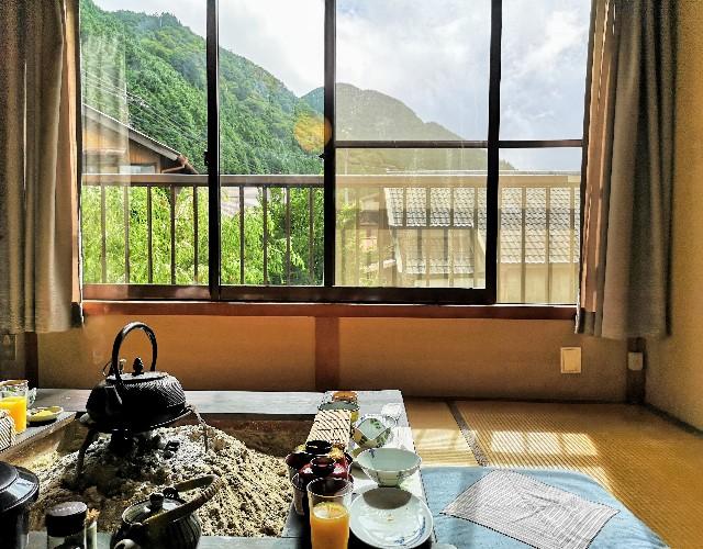 奈良県吉野郡・「花あかりの宿 柳屋」1階朝食会場の囲炉裏