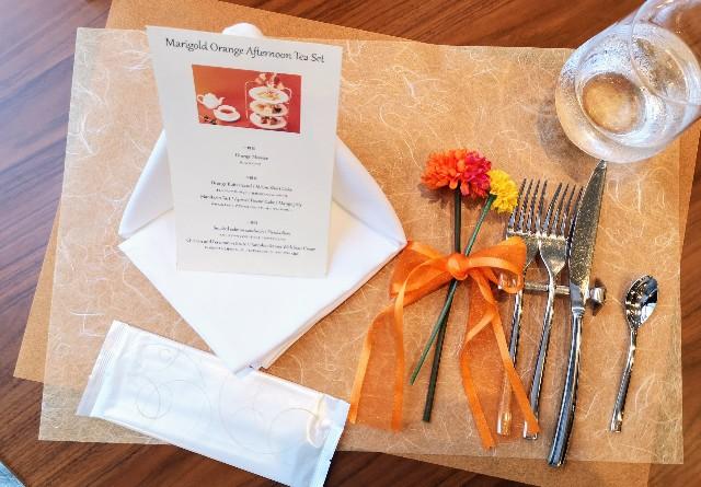 東京都港区・グランドニッコー東京 台場 2階「The Lobby Cafe」9月限定「マリーゴールドオレンジ アフタヌーンティーセット」テーブル周り