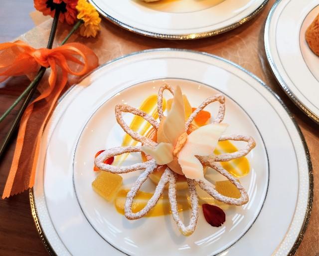 東京都港区・グランドニッコー東京 台場 2階「The Lobby Cafe」9月限定「マリーゴールドオレンジ アフタヌーンティーセット」上段・オレンジムース