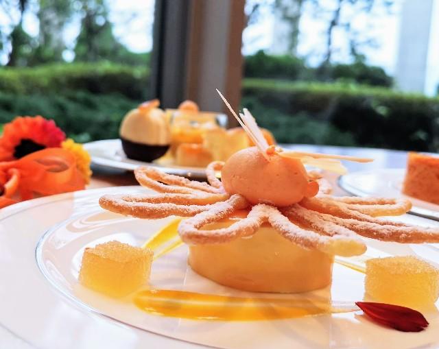 東京都港区・グランドニッコー東京 台場 2階「The Lobby Cafe」9月限定「マリーゴールドオレンジ アフタヌーンティーセット」上段・オレンジムース2