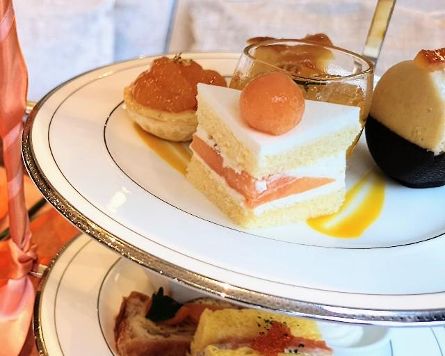 東京都港区・グランドニッコー東京 台場 2階「The Lobby Cafe」9月限定「マリーゴールドオレンジ アフタヌーンティーセット」中段・赤肉メロンのショートケーキ