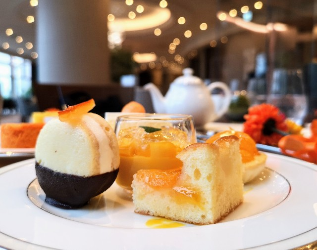 東京都港区・グランドニッコー東京 台場 2階「The Lobby Cafe」9月限定「マリーゴールドオレンジ アフタヌーンティーセット」中段・オレンジのバターサンド
