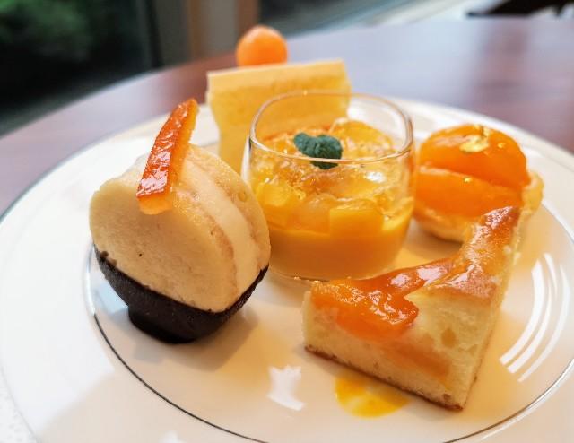 東京都港区・グランドニッコー東京 台場 2階「The Lobby Cafe」9月限定「マリーゴールドオレンジ アフタヌーンティーセット」中段・アプリコットのパウンドケーキ、マンゴーゼリー