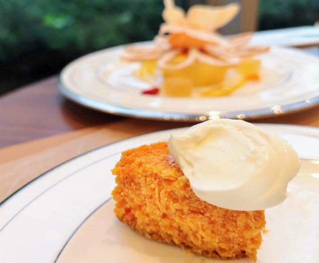 東京都港区・グランドニッコー東京 台場 2階「The Lobby Cafe」9月限定「マリーゴールドオレンジ アフタヌーンティーセット」下段・かぼちゃのスコーン サワークリーム添え