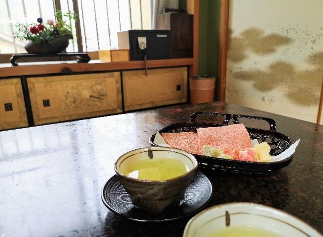 奈良県吉野郡・「花あかりの宿 柳屋」お茶請けのかき餅ときりこ