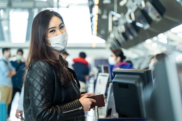 空港でチェックインする女性