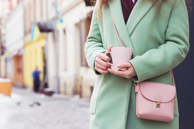 緑のコートを着た女性
