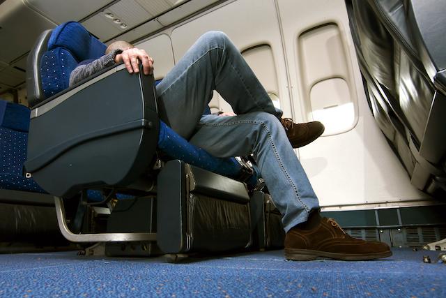 航空機のシートで眠る乗客