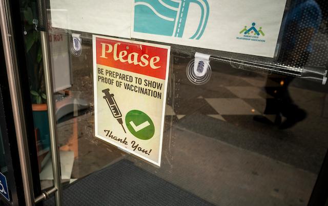 ニューヨーク・チェルシーでワクチン接種証明を求める表示