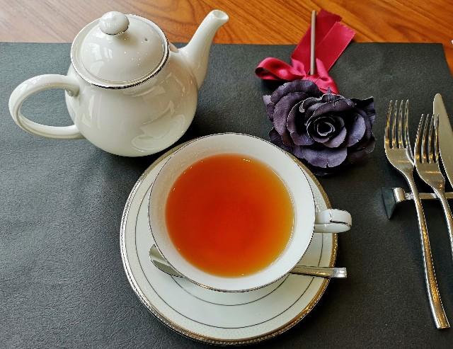 東京都港区・グランドニッコー東京 台場「The Lobby Cafe」、10月「ハロウィンブラック アフタヌーンティーセット」紅茶