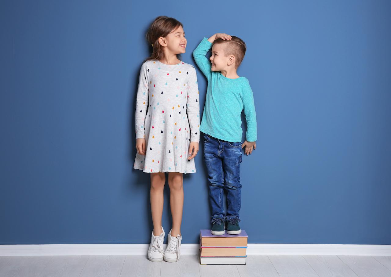 身長を比較する子どもたち