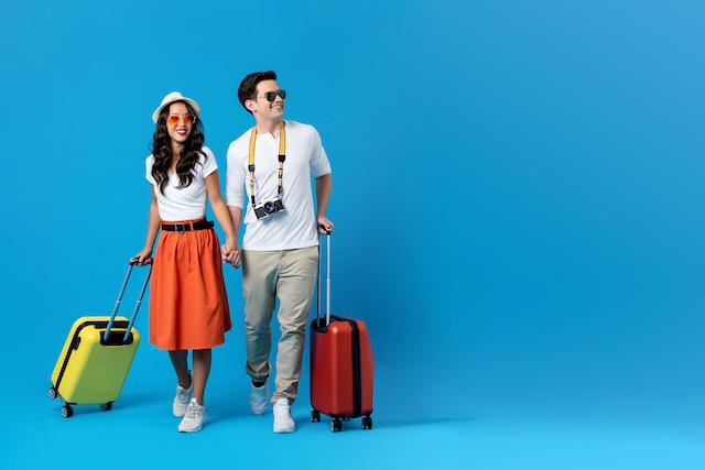 旅行に出かけるカップル